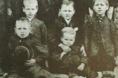 Klassenfoto (Ausschnitt), 1891, Wilhelm Lehmbruck in der zweiten Reihe Mitte, vor ihm sein Bruder Heinz, Fotograf unbekannt