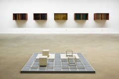 Sol Lewitt, 4-part-piece 'ABCD 2', 1968 (vorne), Donald Judd, Fünfteilige Wandskulptur, 1992 (hinten) © VG Bild-Kunst, Bonn 2021, Foto: Dejan Saric