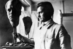 """Wilhelm Lehmbruck im Züricher Atelier vor seinem """"Portraitkopf Fritz von Unruh"""", 1918, Fotograf unbekannt"""