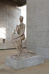 """Das Foto zeigt Wilhelm Lehmbrucks berühmte Plastik """"Kniende"""" von 1911 im Lehmbruck Museum."""