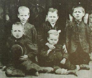 Das Foto zeigt Wilhelm Lehmbruck und seinen Bruder Heinz zwischen Klassenkameraden im Jahr 1891.