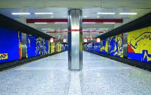Das Foto präsentiert den U-Bahnhof Rathaus, der vom Künstler Manfred Vogel in sehr bunten Farben gestaltet wurde.
