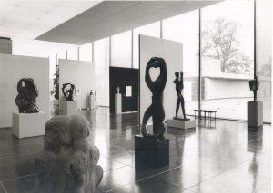Das Schwarz-Weiß-Foto zeigt eine Sammlungspräsentation in der großen Glashalle.