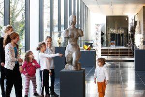 Das Foto zeigt eine Familie bei einer Führung im Lehmbruck Museum.