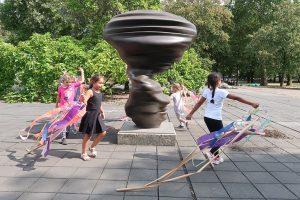 Das Foto zeigt Kinder, die im Skulpturenhof des Museums spielen.