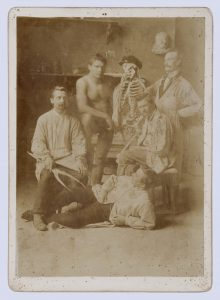Das Foto zeigt Wilhelm Lehmbruck und weitere Studenten.
