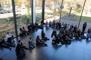 Das Foto zeigt eine Schulklasse im Lehmbruck Museum.