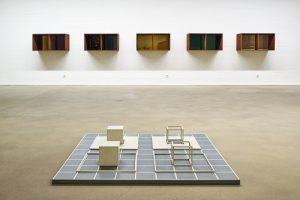 """Das Foto zeigt die Werke """"ABCD 2"""" und """"Fünfteilige Wandskulptur"""" von Sol Lewitt und Donald Judd."""