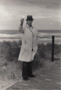 Die Schwarzweißfotografie von Caroline Tisdall aus dem Jahre 1976 zeigt Joseph Beuys am Strand von Scheveningen.